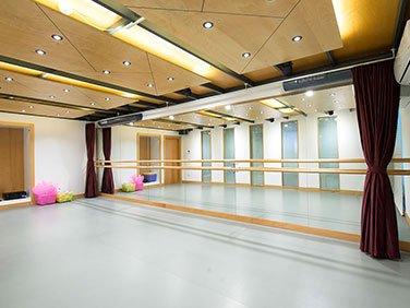 dans salonu akustik ses izolasyon düzenlenmeleri