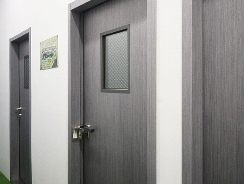 akustik camlı ahşap kapı