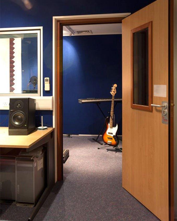 akustik stüdyo kapısı ahşap kapı